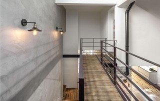 תכנון גשר ומדרגות זיזיות בסלון מעוצב