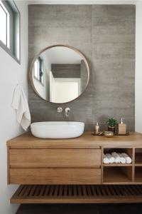 עיצוב שירותים מודרניים עם קיר בטון