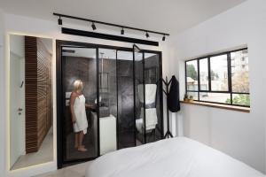 עיצוב ותכנון חדר רחצה מפנק בצבע שחור